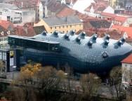 """Rys. 4. Peter Cook i Colin Fournier – Dom Sztuki w Graz. """"Friendly Alien"""""""