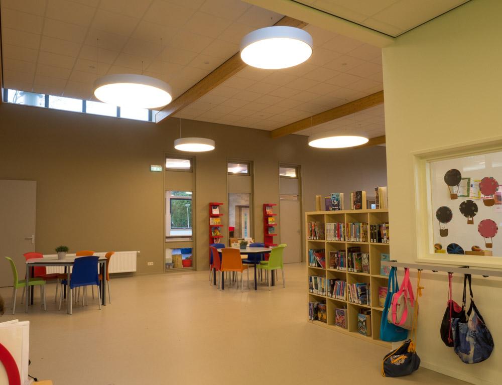 Szkoła podstawowa SWS De Zoutkamperril w Zoutkamp w Holandii oświetlona przez ES-SYSTEM.